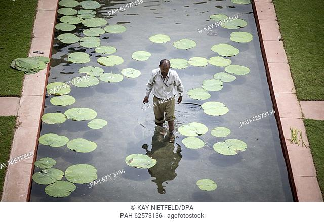 A man works in the garden of the Hyderabad House in New Delhi, India, 05 October 2015. Photo: Kay Nietfeld/dpa   usage worldwide. - New Delhi/India