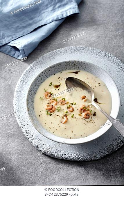 Creamy kohlrabi soup with shrimps