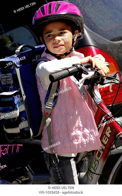 A little girl on her bike is watching the traffic anxiously. - 22/10/2008