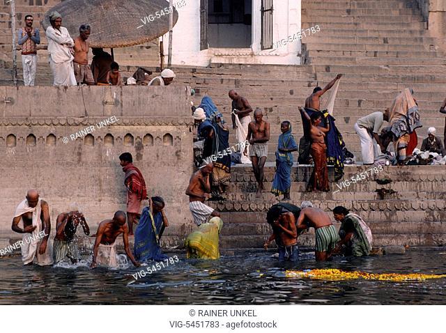 IND , INDIA : People are bathing in Ganges river in Varanasi / Benares , January 1990 - Varanasi , Benares, Uttar Pradesh, India, 18/01/1990