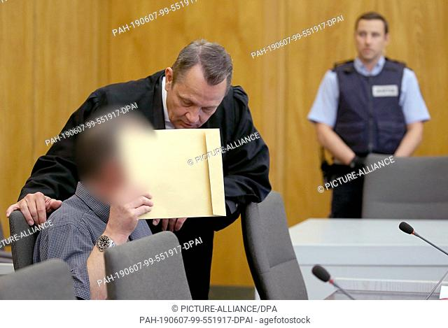 07 June 2019, North Rhine-Westphalia, Essen: A defendant (l) holds an envelope in front of his face next to his lawyer Andreas Renschler