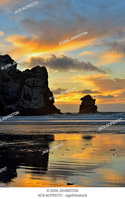Sunset skies over Morro Rock and the Pacific Ocean, Morro Bay, California, USA