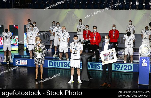 04 June 2020, Schleswig-Holstein, Kiel: The players of THW Kiel stand at a distance from each other on a stage in the Kieler Sparkassen-Arena during the...