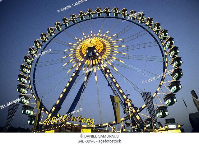 Riesenrad auf einem Jahrmarkt - Fahrgeschaeft - Nacht , Ferry Wheel on a Funfair - Fairground Ride - Night ,  fully-released