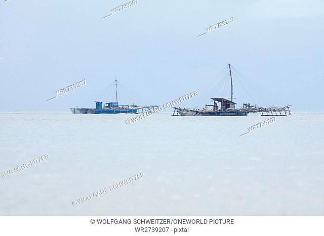 Indonesia, Maluku Utara, Kabupaten Halmahera Utara, fishing boats on the sea on northern Molikken