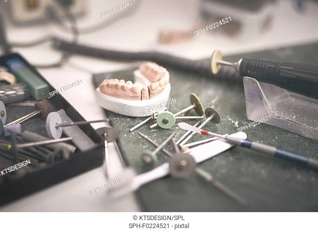 Artificial tooth and dental prosthesis
