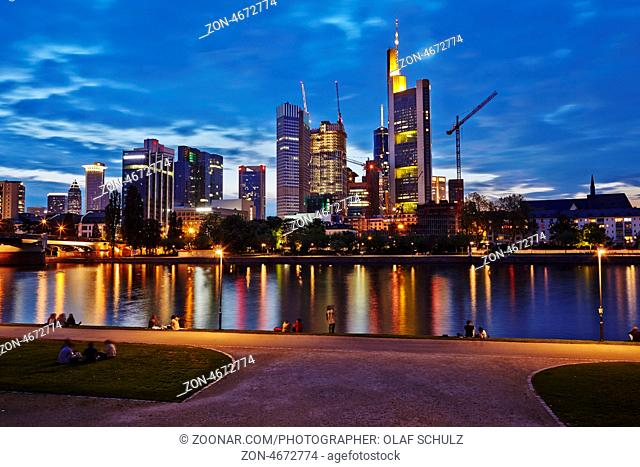 Die Frankfurter Skyline mit Hochhäusern am Main in der Abenddämmerung