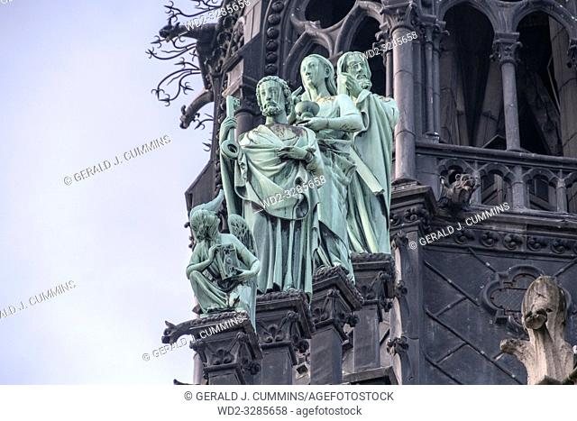 Notre-Dame - The statues of the roof , here the three Apostles are in the north-east side. We can see Peter holding the key of the kingdom