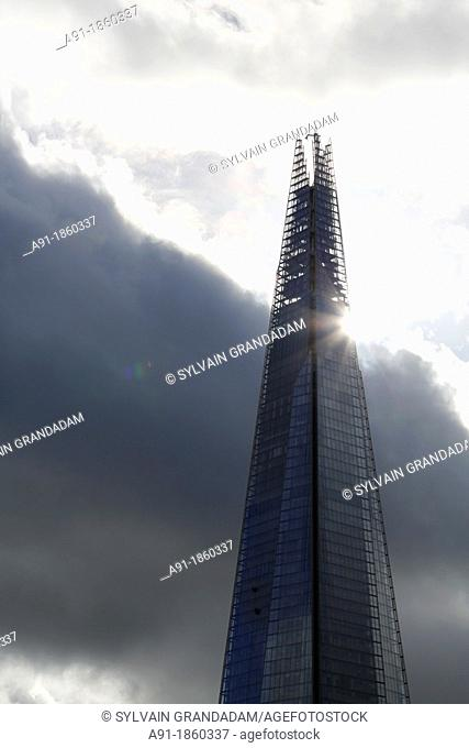 United Kingdom, city of London, tower of London at fore and Shard Tower 309M high, architect Renzo Piano, highest europe tower