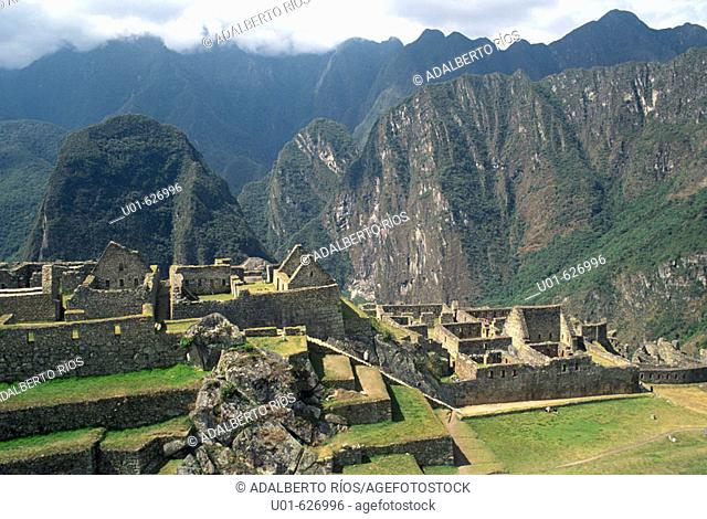 Machu pichu. Machu Pichu la gran ciudad inca enclavada en las cumbres sobre el rio Urubamba destaca por su emplazamiento belleza y el carácter militar urbano...
