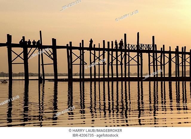 People walking on the U Bein Bridge, Taungthaman Lake, backlight, evening light, sunset, Amarapurna, Divison Mandalay, Myanmar
