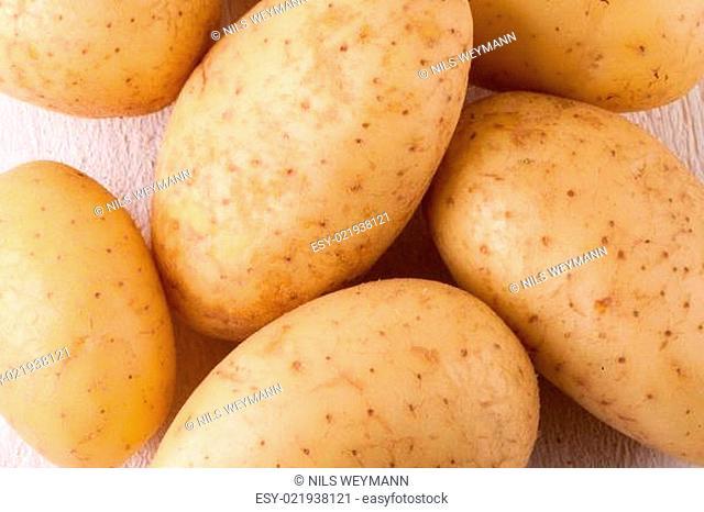 Frische gewaschene Kartoffeln mit Schale als Nahaufnahme