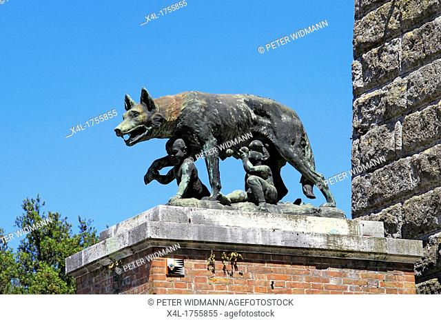 Italy, Tuscany, Siena, she-wolf suckling Romulus and Remus, the city wall