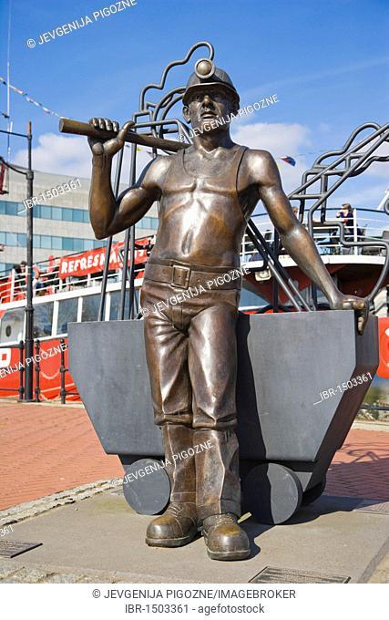 From Pit to Port, bronze statue by John Clinch, Jon Buck, Roath Basin, Cardiff Bay, Cardiff, Caerdydd, South Glamorgan, Wales, United Kingdom, Europe