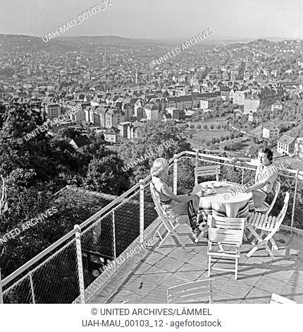 Zwei Frauen sitzen auf einer Terrasse auf der Wielandshöhe und genießen den Ausblick auf die Stadt Stuttgart, Deutschland 1930er Jahre