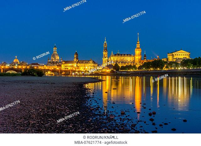 Germany, Saxony, Dresden at night, from the left: Augustus Bridge, academy of arts with dome, Sekundogenitur behind the Church of Our Lady, state house