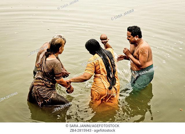 Taking holy baths on the Ghats of the ganges river, Varanasi, Benares, Uttar Pradesh, India, Asia