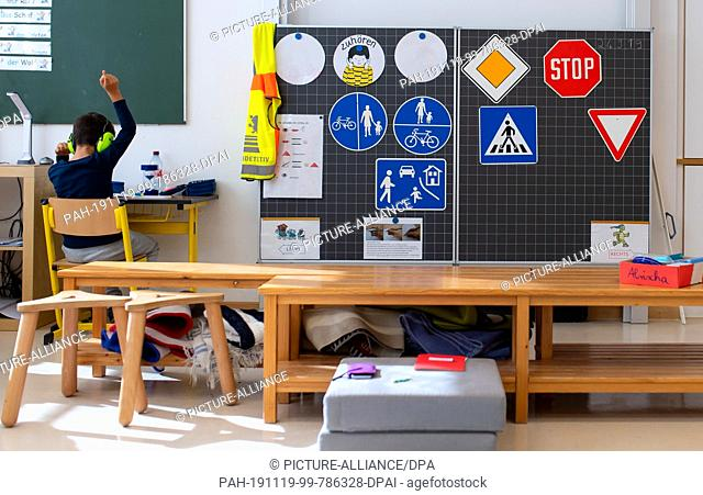 24 September 2019, Bavaria, Munich: A boy of a 2nd class works in the primary school St. Konrad in the classroom next to the blackboard on a worksheet