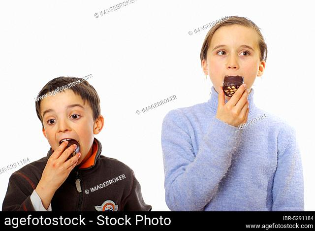 Girls and boys eat black kiss, nibbling, carrot head, carrot heads, sweet tooth, foam kiss, foam kisses, carrot heads