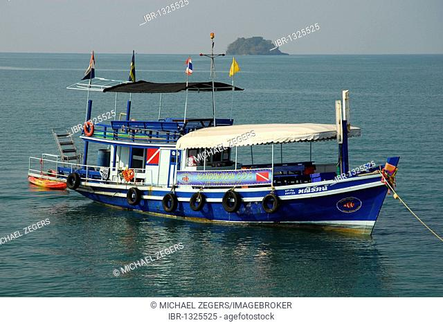 Excursion boat off Kai Bae Beach, Koh Chang Island, National Park Mu Ko Chang, Trat, Gulf of Thailand, Thailand, Asia