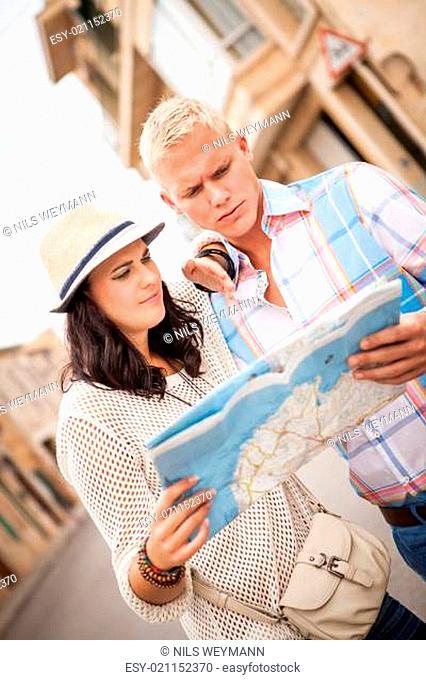 junges touristen paar im sommer mit landkarte in der stadt