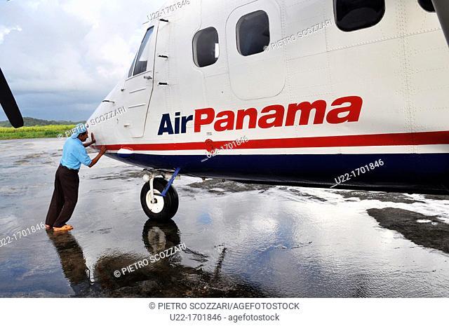 San Blás Panama: Air Panama plane at the airfield of Playon Chico, village of Kuna Yala