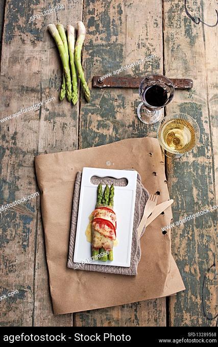 Italian-style green asparagus with Parma ham and mozzarella