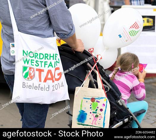 Beutel mit Landeswappen auf dem NRW Tag 2014 in Bielefeld, Foto: Robert B. Fishman, 29.6.2014