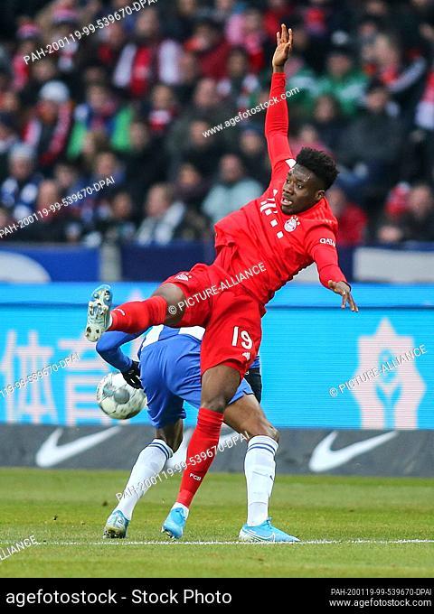 19 January 2020, Berlin: Football: Bundesliga, Hertha BSC - Bayern Munich, 18th matchday, Olympic Stadium. Alphonso Davies (o) of Bayern Munich fights Berlin's...