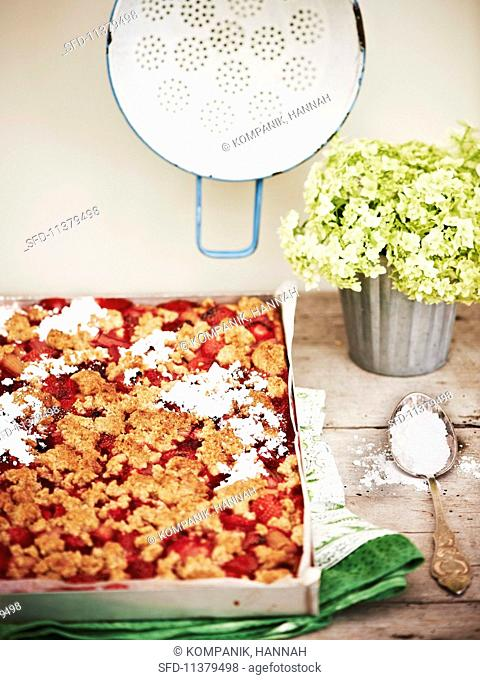 Wholemeal yeast cakes with crumbles, strawberries and rhubarb
