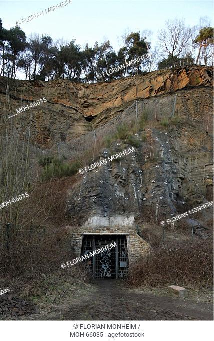 Stollen der Zeche Nachtigall mit darüber sichtbarem Kohleflöz, Eingang