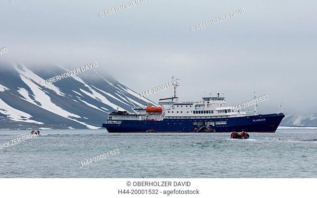 Spitsbergen, Svalbard, Smeerenburgfjord, ship