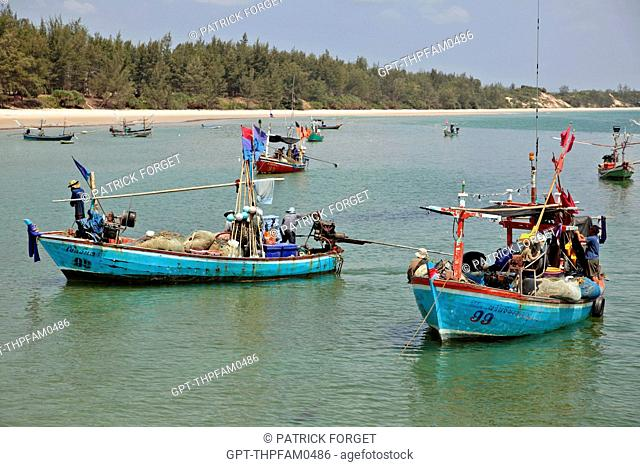 BACK FROM FISHING, BOATS MOORED IN FRONT OF A FISHERMEN'S VILLAGE, REGION OF BANG SAPHAN, THAILAND, ASIA