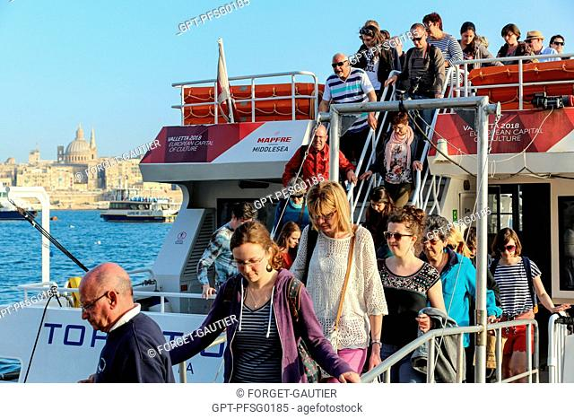 PASSENGERS GETTING OFF THE FERRY, SLIEMA, VALLETTA, MALTA