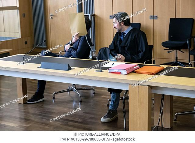 30 January 2019, Lower Saxony, Braunschweig: The defendant of the murder (l) and his lawyer Frank Otten sit together in the hall of the district court in...