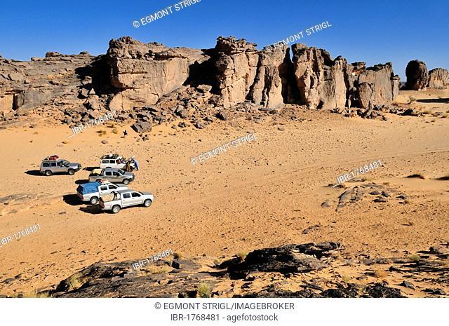 Tourist cars on Tasset Plateau, Tassili n'Ajjer National Park, Unesco World Heritage Site, Wilaya Illizi, Algeria, Sahara, North Africa