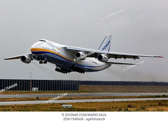 Ein Frachtflugzeug vom Typ Antonov AN 124 - 100 der ukrainischen Fluggesellschaft Antonov Airlines ( Antonov Design Bureau ) startet am 09.07