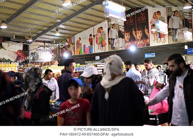 10 April 2018, Jordan, Al-Asraq: People buy goods at Sameh Market in a refugee camp. Photo: Britta Pedersen/dpa-Zentralbild/ZB