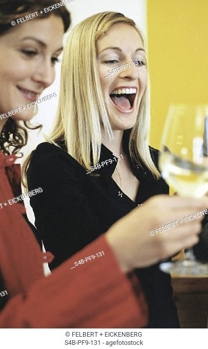 Zwei junge Frauen freuen sich - Feier (Innenraum)   Two young Women share their Happiness - Party (Indoor)   fully-released