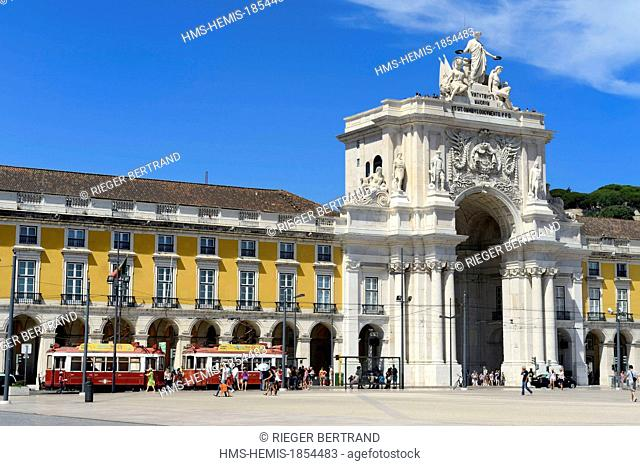 Portugal, Lisbon, Baixa Pombal district, Praca do Comercio (Commerce Square), Triumphal Arch of Rua Augusta (Arco da Rua Augusta) and tourist tram (electricos)