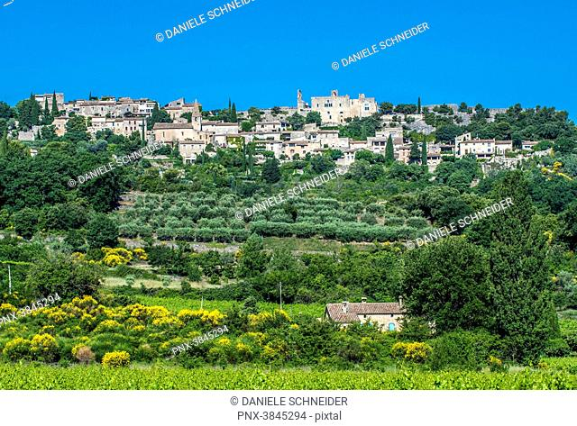 France, Vaucluse, perched village of Crestet and its castle
