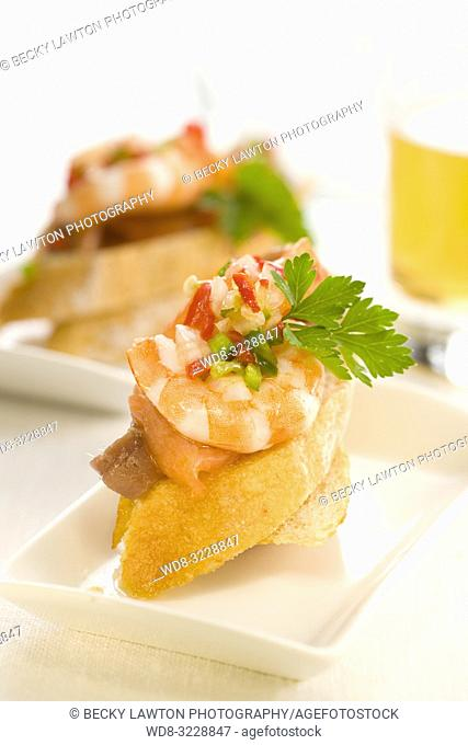 Montadito de anchoa, salmon, langostinos y vinagreta de pimientos / Montadito of anchovy, salmon, prawns and pepper vinaigrette