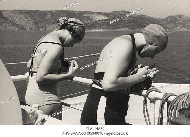 Album At the edge of Oceania 28 July to 10 August 1935 : Tourists taking photographs from the cruise ship Oceania, shot 28/07-10/08/1935 by Balocchi Vincenzo