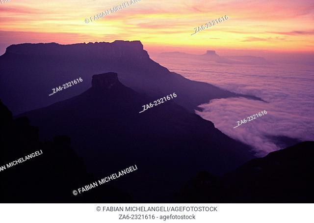 Sunrise over the northern tepuis of the Testigos range showing Ptari-tepuy, Kamarkaiwarai-tepuy and Tereke-yuren-tepuy, taken from Murosipan-tepuy