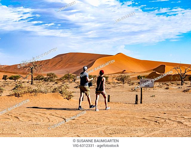 NAMIBIA, SOSSUSVLEI, Couple between star dunes on the way to Hiddenvlei. - SOSSUSVLEI, NAMIB, Namibia, 07/01/2018