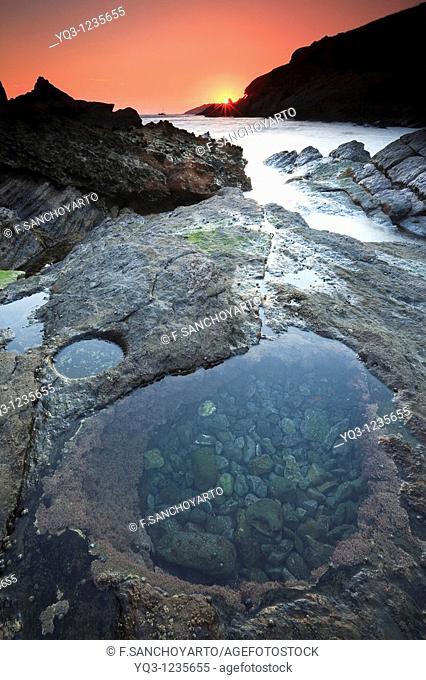 Pozos en bajamar en la cala Cotonera de Islares, Castro Urdiales, Cantabria