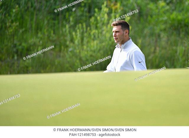 Niklas SUELE (Bayern Munich) is looking for his Ball.Golfball. ProAm, GOLF BMW International Open 2019 on 19.06.2019 in Munich Eichenried
