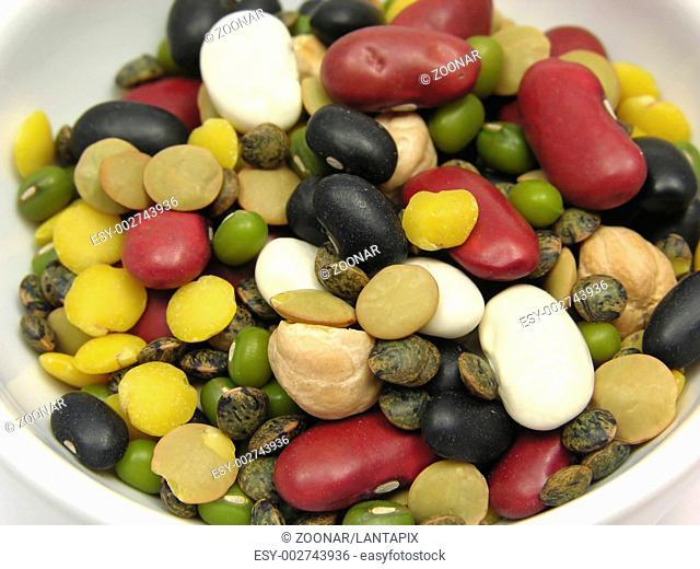 Gemischte farbenfrohe Hülsenfrüchte in Porzellanschale