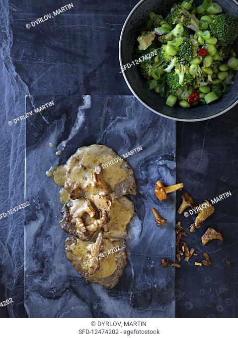 Scaloppine with mushrooms and a bean and broccoli salad