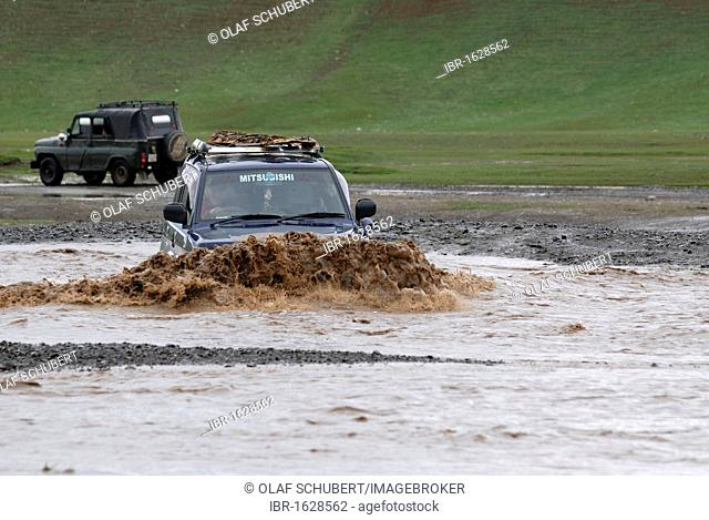 Jeep trying to cross a flooded river, Uyanga, Oevoerkhangai Aimak, Mongolia, Asia